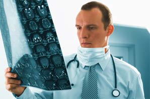 arts-die-fotoos-bekijkt-van