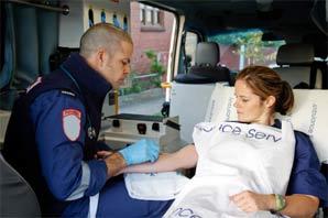 paramedisch-vrouw-in-ambula