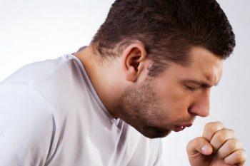 Hoe kom je van een kriebelhoest af?